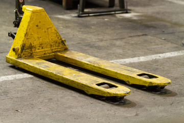 A Guide To The High Lift Pallet Truck